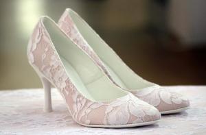 Model 107, biała koronka na pudrowym różu, 8 cm