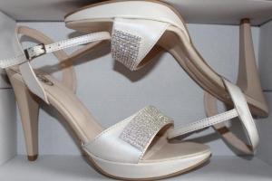 Koturn sandał, skóra perła, aplikacja Emi, 10,5 cm
